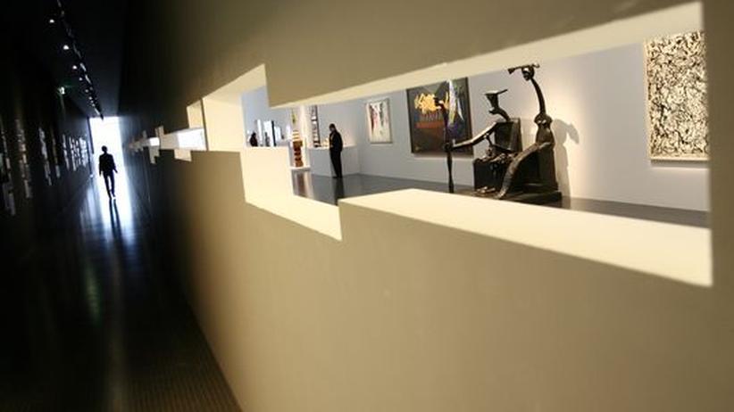 """Ein Ausstellungsraum mit der Skulptur """"Capricorn"""" von Max Ernst im Hintergrund"""