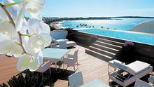 Blick von der Dachterrasse des Penthouse über den Pool auf die Riviera
