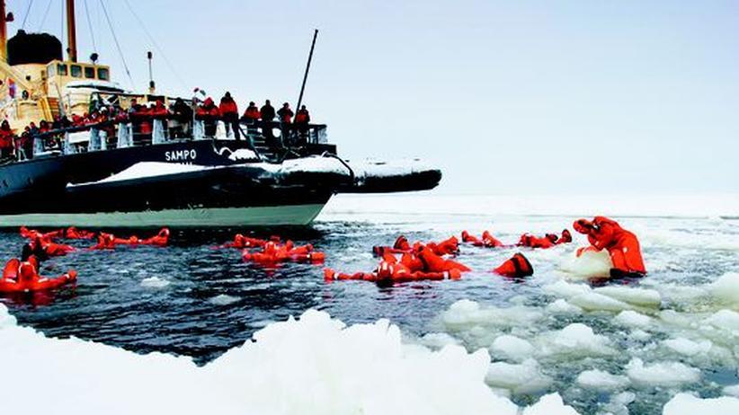 Nur für Mutige: Badeausflug mit dem Eisbrecher vor Kemi