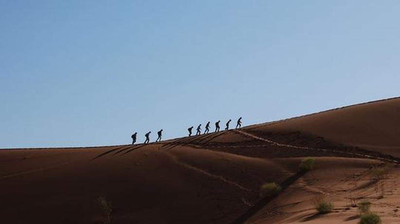 """In """"Hummeldumm"""" reisen neun Pauschalurlauber durch Namibia"""