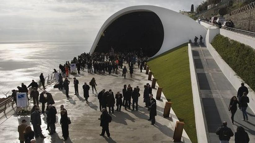 Der brasilianische Architekt Oscar Niemeyer entwarf das Auditorium über dem Meer