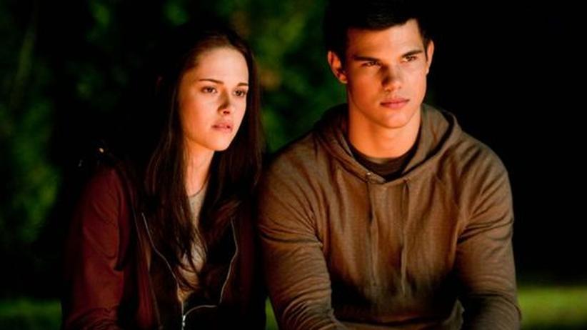 """Szene aus """"Eclipse"""": Bella Swan (Kristen Stewart) ist mit dem Quileute Jacob Black (Taylor Lautner) befreundet"""