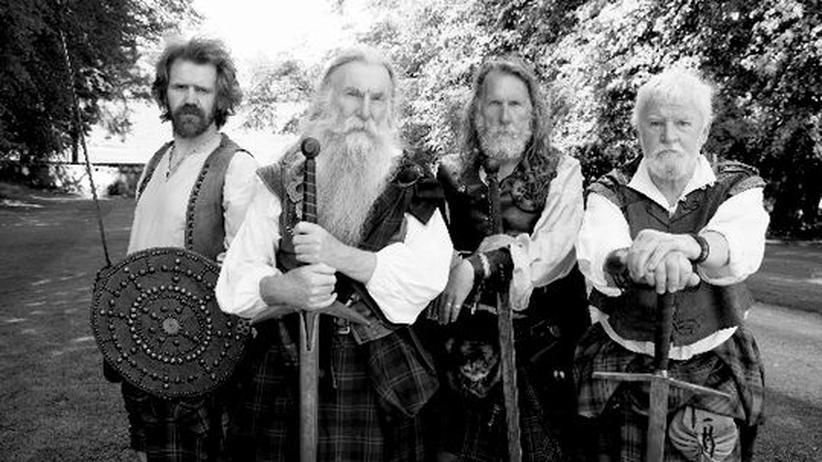 Der Chieftain und seine Leibgarde: Laurence Blair Oliphant (2.v.l.) ist einer der wenigen Schotten mit privater Armee