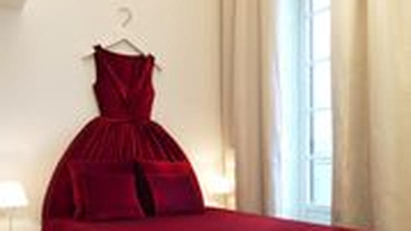 Boudoir-Fantasie: In roten Roben schlafen