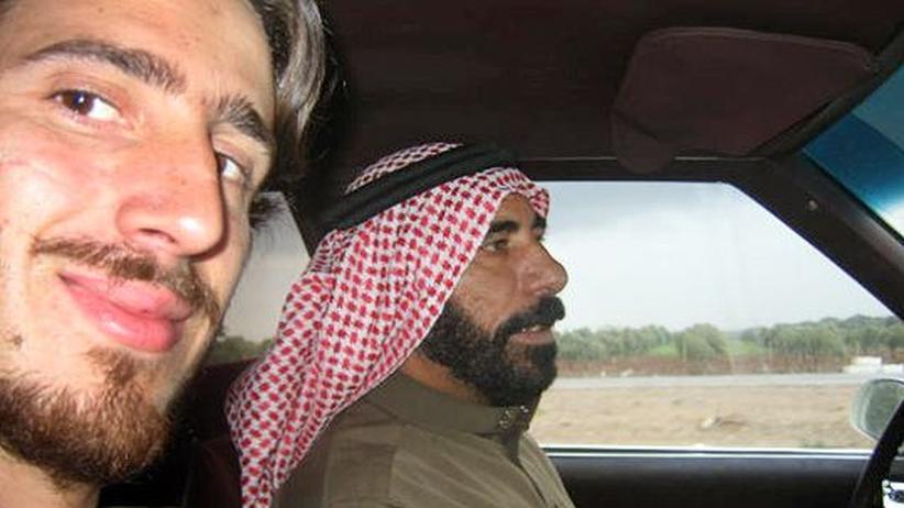 Juan Villarino auf dem Beifahrersitz im Auto eines syrischen Fahrers, der im Hintergrund zu sehen ist