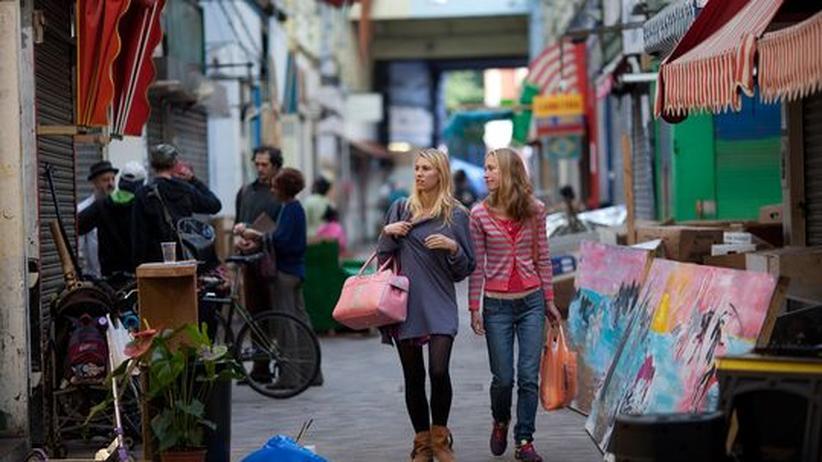 Zwei Besucherinnen schlendern durch Brixton Village