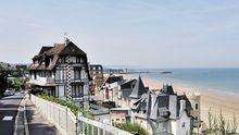 Der Blick über die Häuser am Strand von Trouville