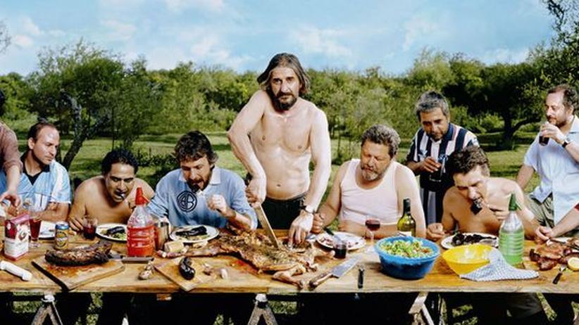 """""""Asado En Mendiolaza"""" heißt dieses Bild von Marcos López, das an das letzte Abendmahl erinnert"""