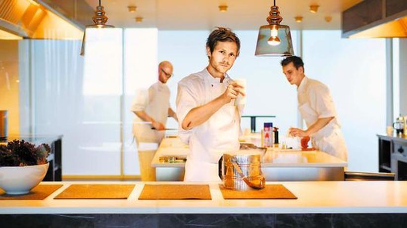 """Rasmus Kofoed in der Küche des Kopenhagener Restaurants Geranium2: """"Ein bisschen Show gehört dazu"""", sagt er"""