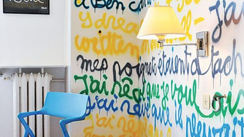 Der Künstler Ben Vautier richtete dieses Zimmer ein