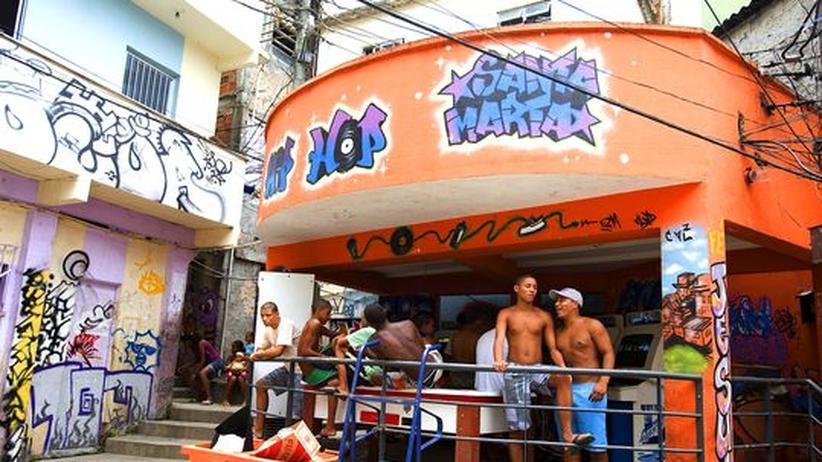 Junge Bewohner von Dona Marta vor einer Spielhalle