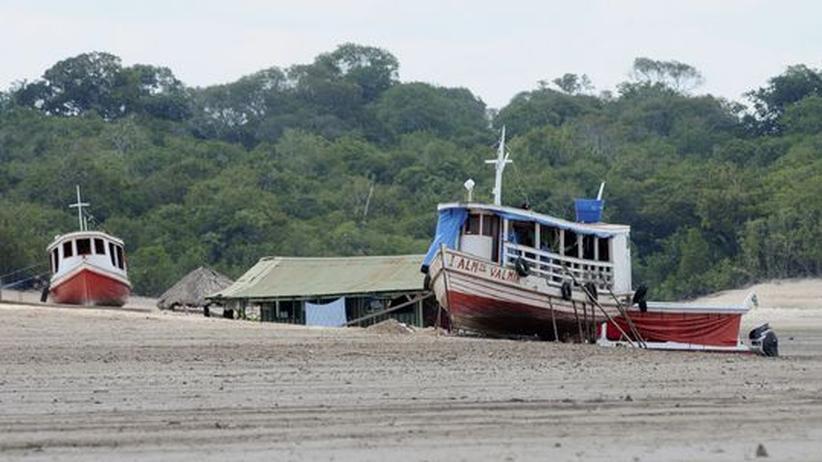 Gestrandete Boote und Hausboote im Becken des Rio Negro
