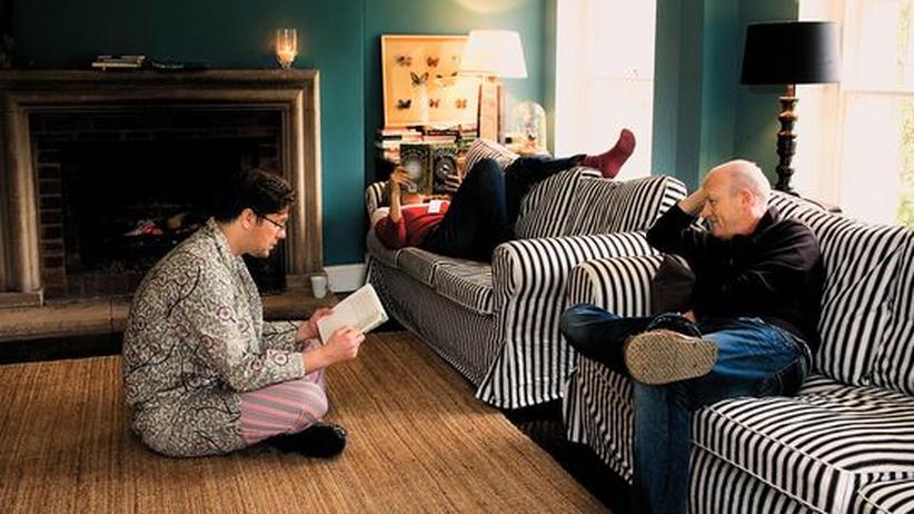 East Sussex: In Tilton House in der Grafschaft Sussex liest der Gastgeber Damian Barr (links) vor