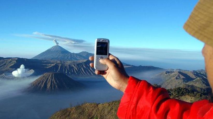 Wie der Vulkan im Hintergrund heißt, verrät im Zweifelsfall eine App oder Website