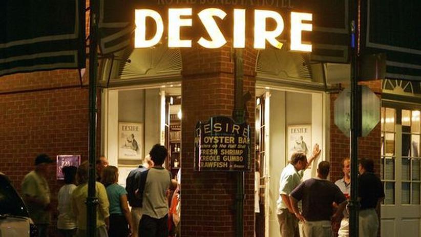 """100. Geburtstag Tennessee Williams: Eine Schlange von jungen Leuten sammelt sich vor der """"Desire Oyster Bar"""" in der Bourbon Street im French Quarter in New Orleans"""
