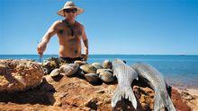 Darren Capewell und sein Fang an einem Strand in der Shark Bay.
