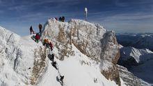Kletterer stehen auf der Zugspitze bei Garmisch-Partenkirchen