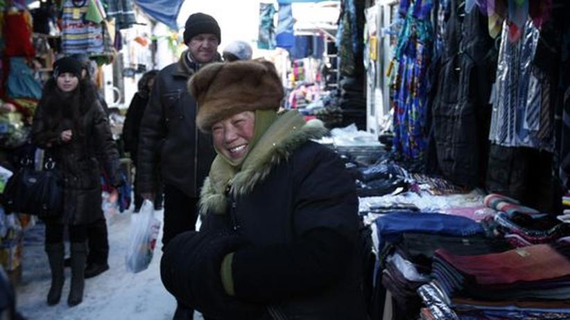Eine Händlerin auf dem Markt in Irkutsk
