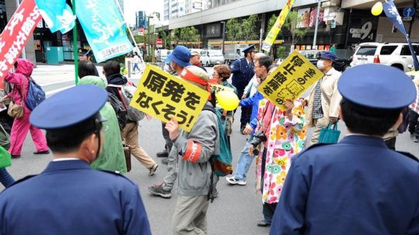 Polizisten beobachten eine Anti-Atom-Demonstration in Tokyo.
