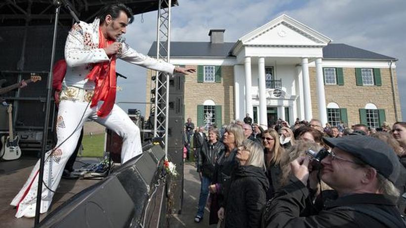 Elvis-Imitator Henrik Busborg singt vor dem dänischen Graceland für Besucher.