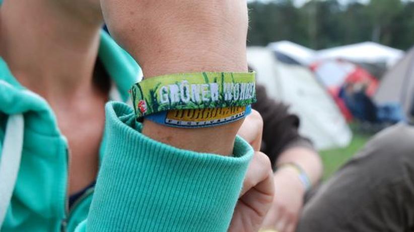 """Das Armband mit der Aufschrift """"Grüner Wohnen"""" berechtigte zur Nutzung des Green Camps"""