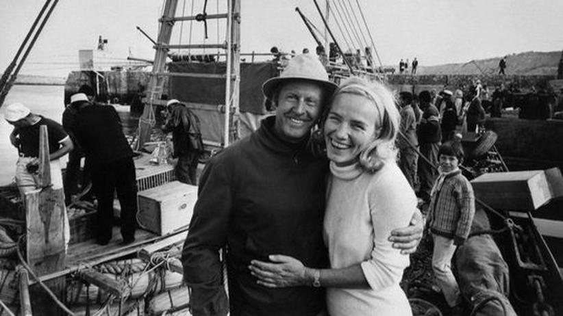 Der norwegische Entdecker Thor Heyerdahl mit seiner Frau 1969 im Hafen von Safi