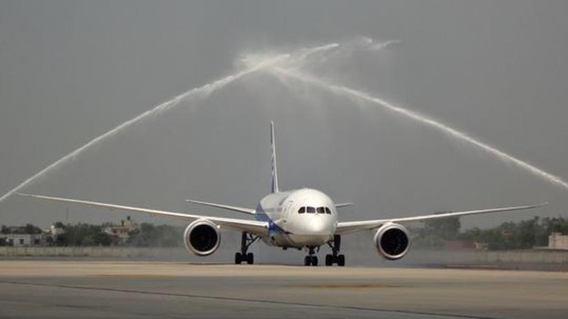 Eine Boeing 787 am New Delhi International Airport