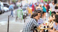 Straßencafé in der Rue du Faubourg-Saint-Denis im 10. Arrondissement, der Lieblingsgegend von Oda Jaune