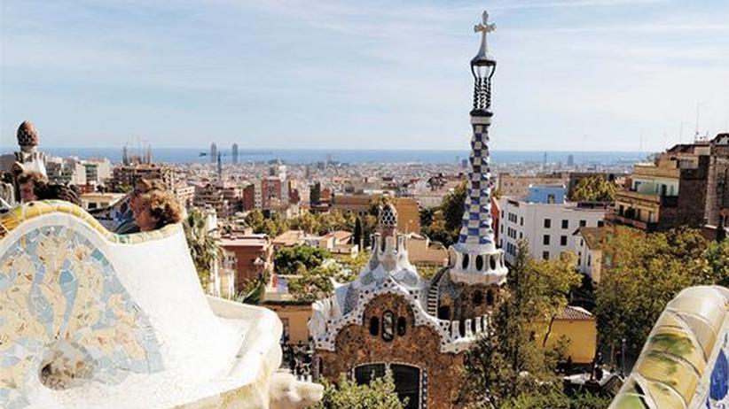 City Guide Barcelona: Der Park Güell von Antoni Gaudí zählt zu den beliebtesten Sehenswürdigkeiten Barcelonas. Doch egal, wie viel los ist, es findet sich immer ein freier Platz, um den Farbensturm und den Ausblick zu genießen.