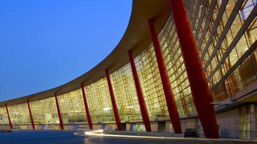 """Flughafen Peking von Sir Norman Foster: Rote und gelbe Farben vermitteln einen """"chinesischen"""" Eindruck."""
