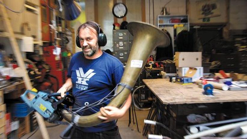 Thierry van Ray mit seinem Schallungeheuer
