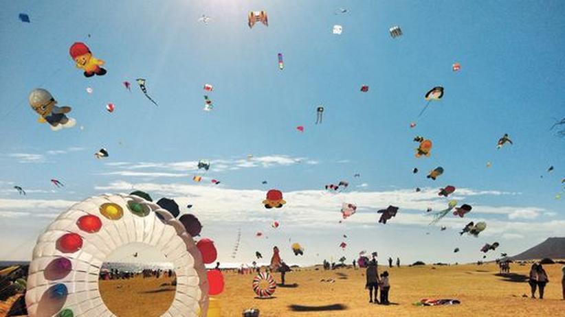 Drachenfestival auf Fuerteventura: Handarbeit am Himmel: Am Strand von El Jable auf Fuerteventura steigen handgenähte Drachen auf.