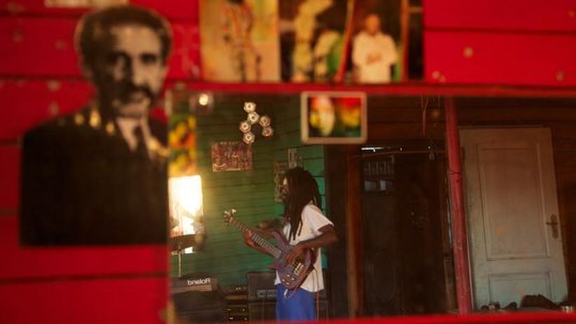 """Südafrika: Cubus von der """"Ambassador Band"""" probt in der Gemeinde Judah Square. An der Wand hängt ein Bild von Haile Selassie, dem letzten Kaiser von Äthiopien."""