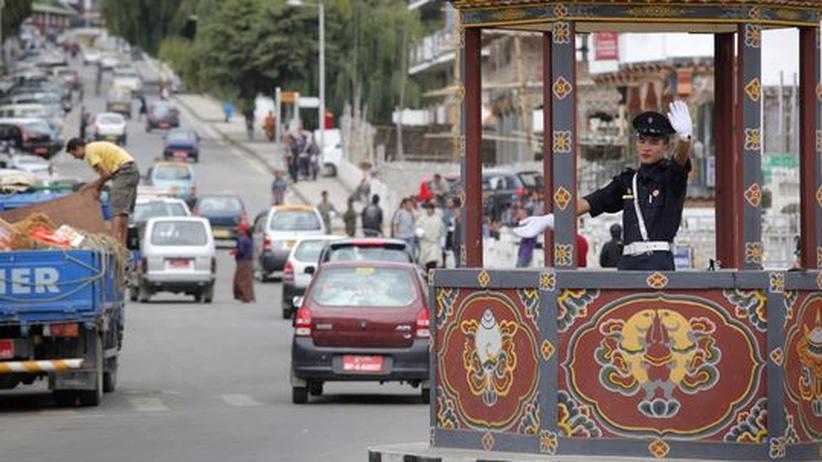 Bhutan: In Thimphu, der Hauptstadt Bhutans, wird der Verkehr per Hand geregelt.