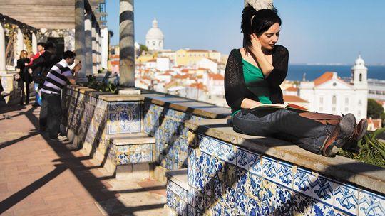 Am Miradouro de Santa Luzia rahmen Kacheln den Blick auf das Alfama-Viertel