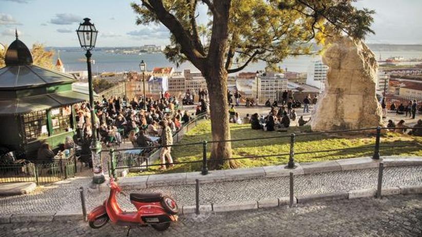 City Guide Lissabon: Auf der Esplanado do Adamastor über den Dächern der Stadt