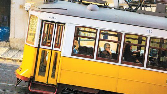 Lissabons legendäre Straßenbahnlinie 28, hier am Rande des Bairro Alto
