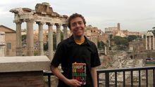 """Douglas Mack in Rom, mit dem alten Reiseführer seiner Mutter: """"Europe on Five Dollars a Day"""""""