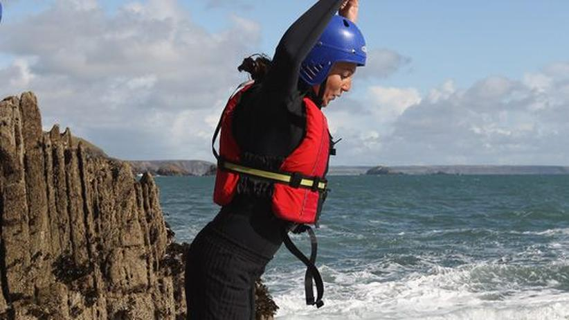 Auch Spitzensportler haben Spaß am Coasteering in St. Davids, wie die US-Olympiaschwimmerin Rebecca Soni.