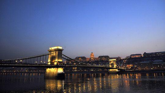 Die Kettenbrücke über der Donau verband Buda und Pest.