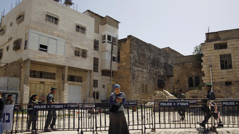 Westjordanland: Eine israelische Siedlerin betet in Hebron.