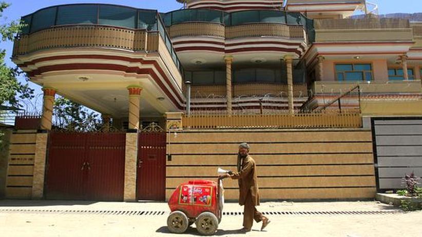 Ein Afghane schiebt seinen Eiswagen durch Kabul.