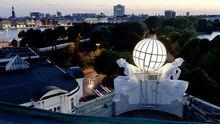 Blick vom Dach des Hotels Atlantic auf das Ufer der Außenalster
