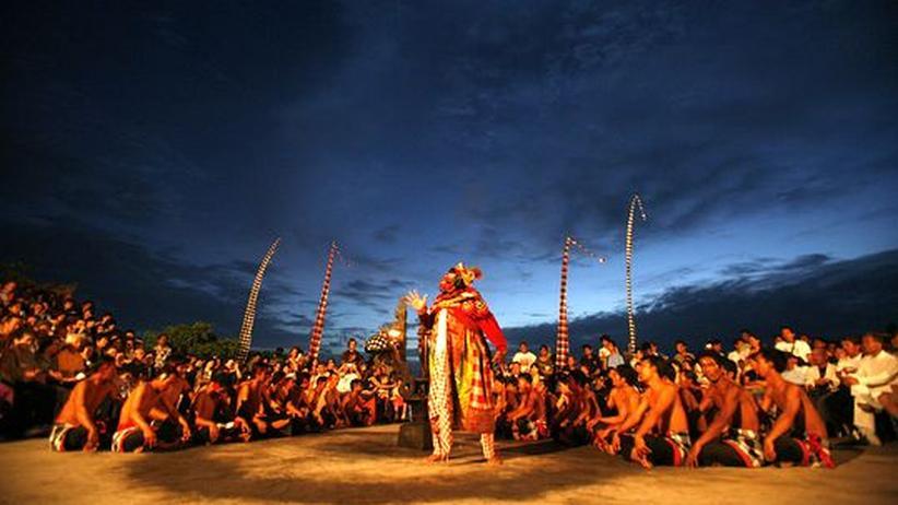 Balinesischer Tänzer führen den Kecak-Tanz auf in Uluwatu, Bali.
