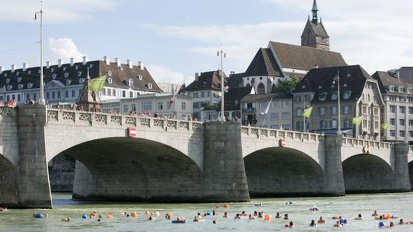 Schwimmer unter der Mittleren Rheinbrücke in Basel