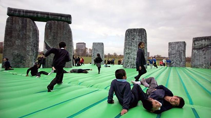 Großbritannien: Junge  Hüpfer erkunden Jeremy Dellers Plastik-Stonehenge.