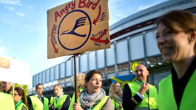 Tarifkonflikt: Flugbegleiter setzen Streik am Dienstag fort