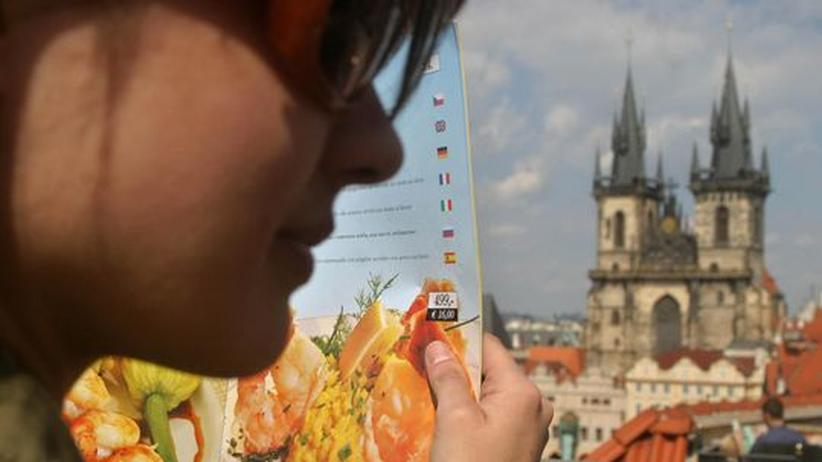 Touristin mit Speisekarte in Prag