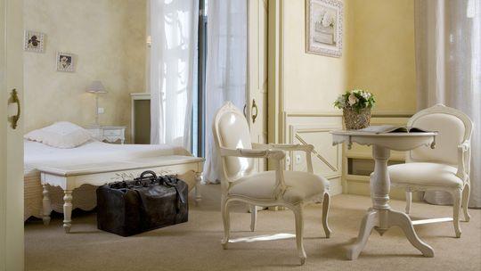Ganz in Crème präsentiert sich die Suite des Grand Hôtel de Sète.