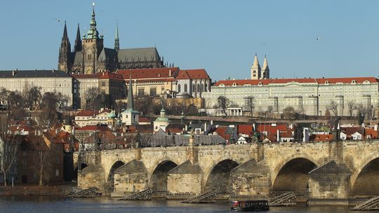 Hinter der Karlsbrücke erhebt sich die Prager Burg Hradschin.